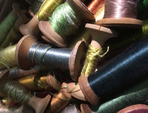 Tricoteuse d'arcs-en-ciel et mains de conteuses