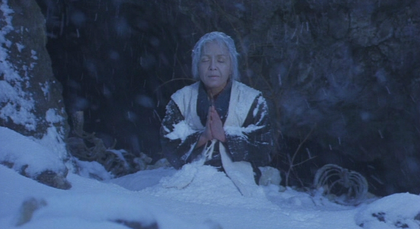La vieille femme abandonnée dans la neige